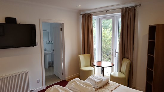 "Taynuilt, UK: Superior Downstairs rooms have doors to Patio, lovely shower ensuite and 43"" wall mounted TV."