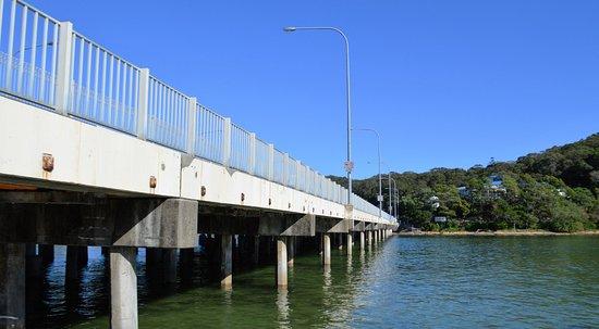 Tallebudgera Creek Tourist Park: Walk along path under Gold Coast Highway beside Tallebudgera Creek