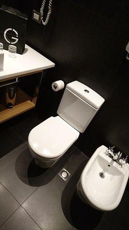 هوتل جاز: dark bathroom