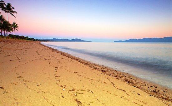 Rowes Bay Beachfront Holiday Park: Roses Bay Beach