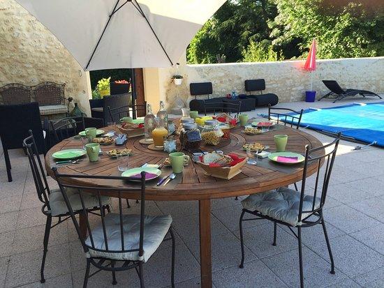Saint-Seurin-de-Cadourne, Frankrig: Table petit déjeuner en terrasse