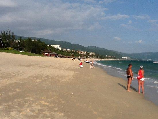 Marriott Cafe (Marriott Yalong Bay): Yalong Bay beach