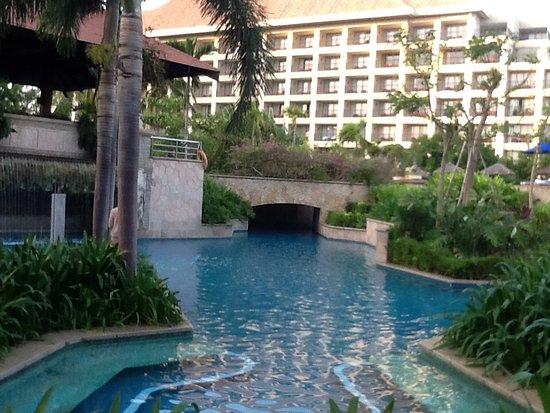 Marriott Cafe (Marriott Yalong Bay): Hotel pool area