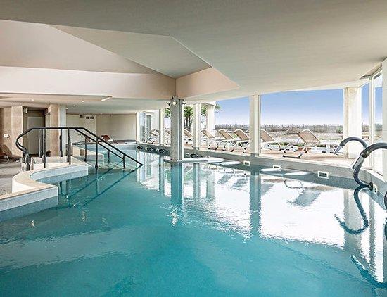 Piscine int rieur photo de h tel les bains de camargue - Hotel le grau du roi avec piscine ...