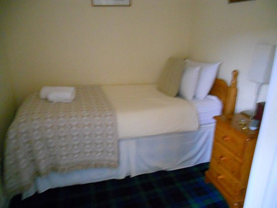 Bridge of Orchy, UK: Moquette tartan, meubles en pin, couleurs claires.