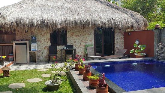 La villa popi de l 39 autre c t de la piscine la m me - Bonnet de piscine original ...