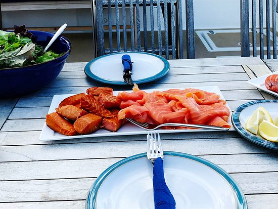 Shieldaig, UK: Hot and cold smoked salmon on the Safflower ... Lunch at Rona. What's not to like!!