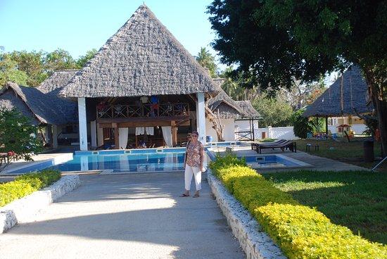Karafuu Beach Resort and Spa: הברכה הקטנה והמסעדה שלידה