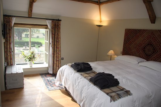 Tarrant Launceston, UK: Super king size bedroom with garden and farm views