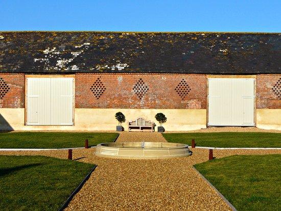 Tarrant Launceston, UK: Courtyard garden