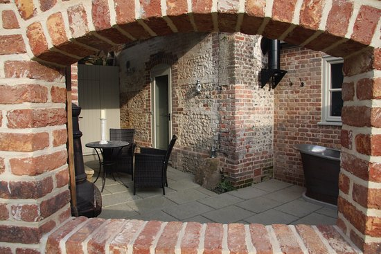 Tarrant Launceston, UK: Flint: Private outdoor courtyard