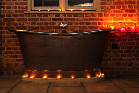 Tarrant Launceston, UK: Flint: Outdoor bateau bath