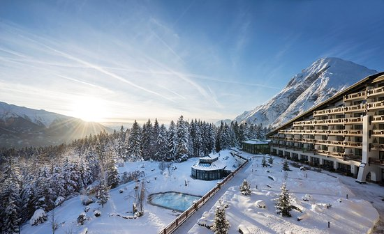Interalpen-Hotel Tyrol: Exterior view in winter