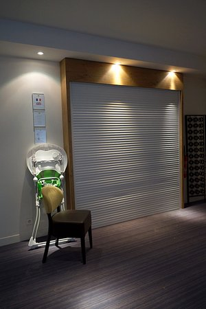 Rolleboise, Francja: Reception area, closed on Monday unfortunately...
