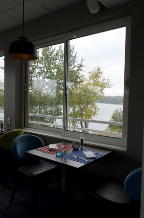 Rolleboise, Francja: Dining room has lovely view of the Seine.