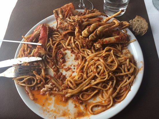 Centuri, Francia: Linguine aux langoustes, plat à 31,50€ : composé de pâtes à la tomate et de pattes non décortiqu
