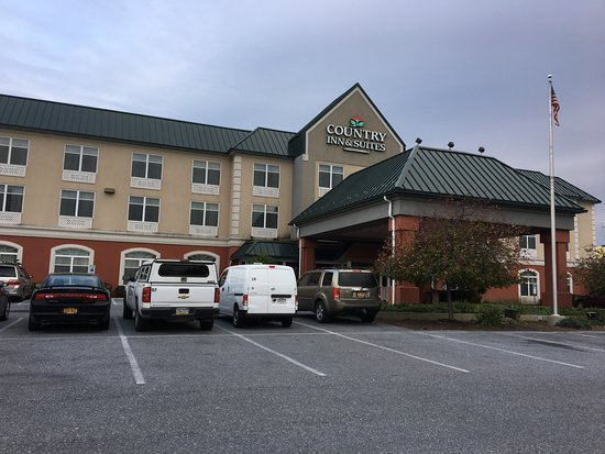 Country Inn and Suites Harrisburg West: Country Inn & Suites - front of hotel