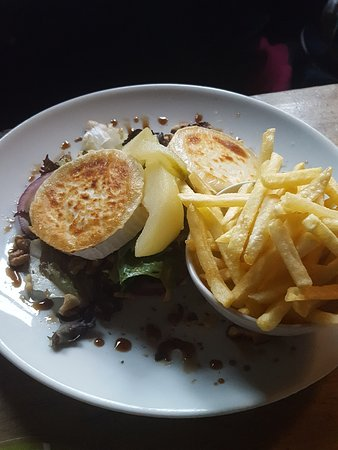 Bromyard, UK: Goats cheese salad with pear and fries