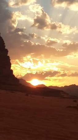 Petra Moon Hotel: Driver in oll Jordan camping in wide rum jeep tour camel