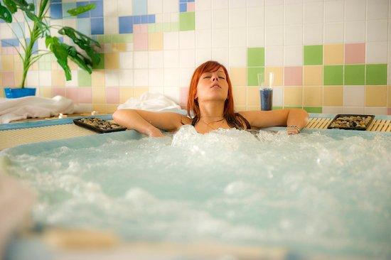 Les Adrets-de-l'Esterel, Fransa: Espace forme avec salle de sport, sauna et bain à remous