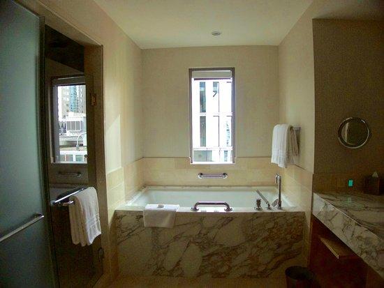 Four Seasons Hotel Seattle: Full bath