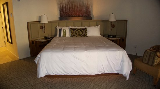 Rancho Bernardo Inn: Suite Bed