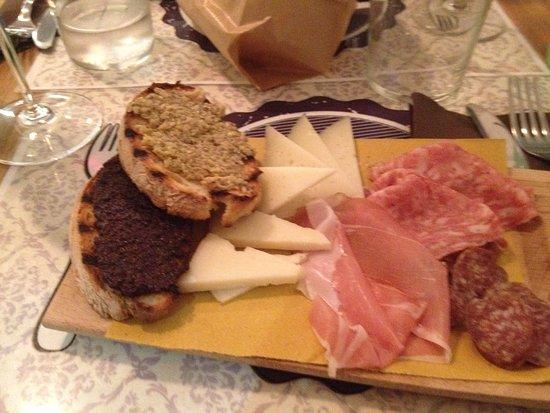 Ferrobedò: piatto dei formaggi con crostini