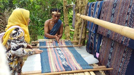 "Watublapi, Indonesien: Explaining the processing of ""ikat"" weaving"
