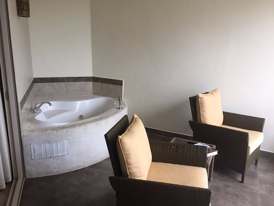Hotel Parador: Balcony tub that is very nice, great during the rainy nights!