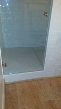 Molitg-les-Bains, France: la soi disante douche a l'italienne et salle de bain sans fenetre