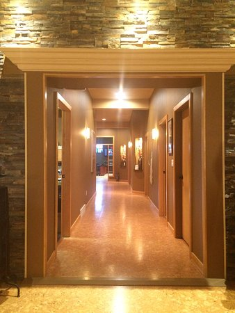 Moose Jaw, Kanada: Warm cork floors leading past treatment rooms to the large pedicure room