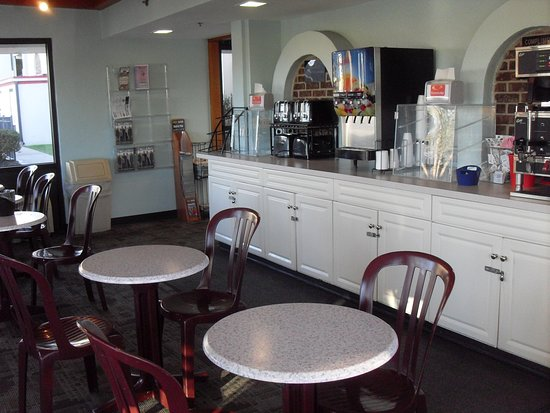 Econo Lodge Resort: breakfast and coffee area
