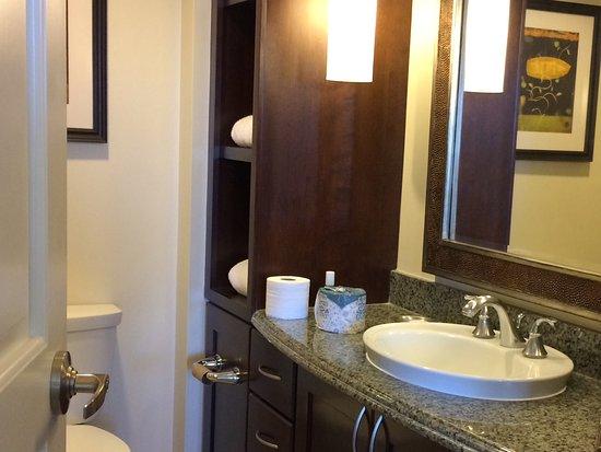 Grand Waikikian by Hilton Grand Vacations: The 2nd bathroom