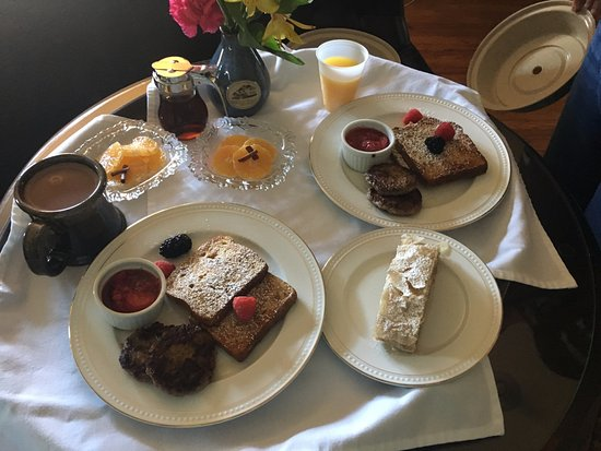 Cambridge, WI: Breakfast delivered to our room