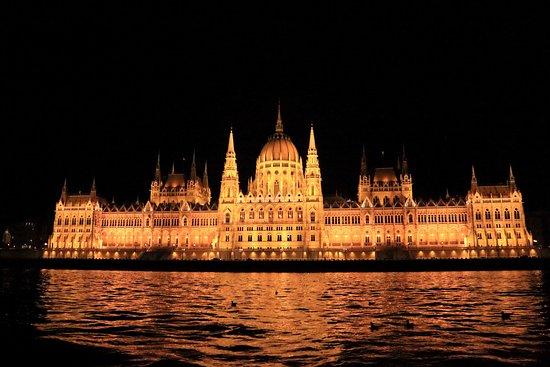 White Umbrella Tours Budapest Parlamento De Noche