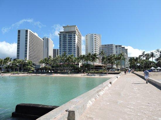 Park Shore Waikiki: praia em frente ao hotel