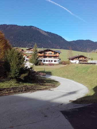 Thiersee, Austria: Die Zufahrt, im Hintergrund das Hotel
