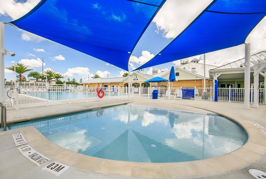 Holiday Inn Club Vacations Orlando Breeze Resort: Guests enjoy the outdoor swimming pool