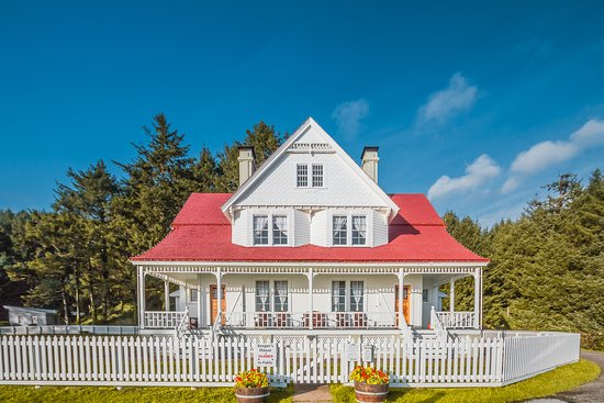 Heceta Head Lighthouse Bed and Breakfast: Front of Innkeepers House (the Bed & Breakfast)