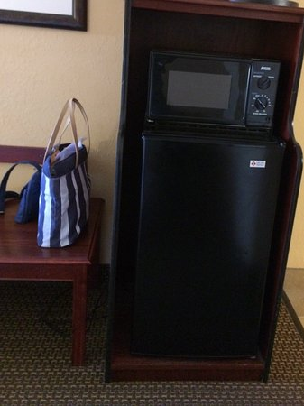Hampton Inn Lagrange near Callaway Gardens: Room fridge and coffe setup