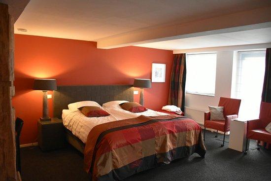 De rode kamer deluxe kamer met bad én douche en eigen deur naar