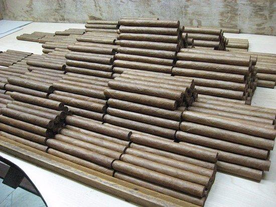 El Laguito Cigar Factory : inside