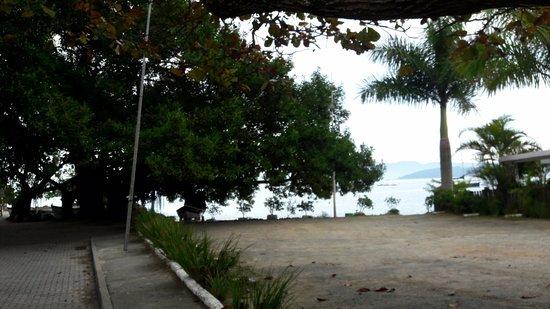 Sambaqui, SC: Pouso da Poesia - vista do ponto de ônibus em frente da pousada
