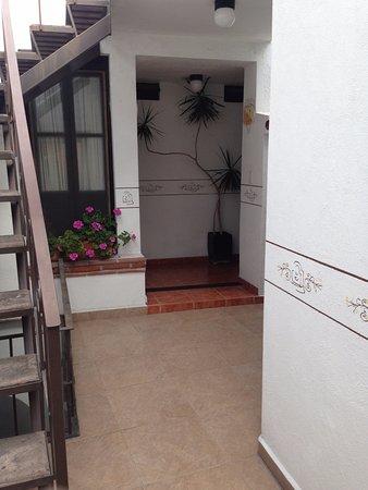 Hotel Villa del Villar: pasillo para entrar a la habitacion