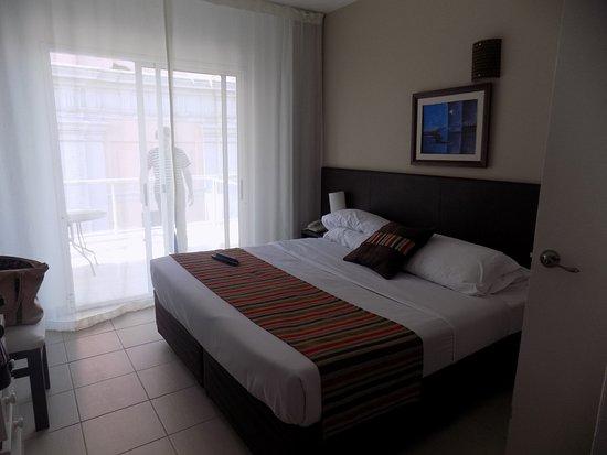 De La Plaza Hotel : habitacion y cama muy comoda