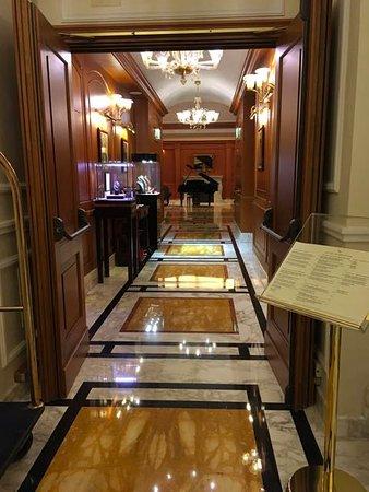 Hotel Manzoni: Corridor at entrance leading to lounge area.