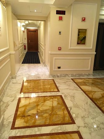 Hotel Manzoni: Corridor leading to our room.