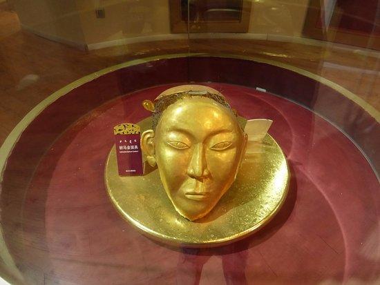 Inner Mongolia Khorchin Museum: Золотая маска императора