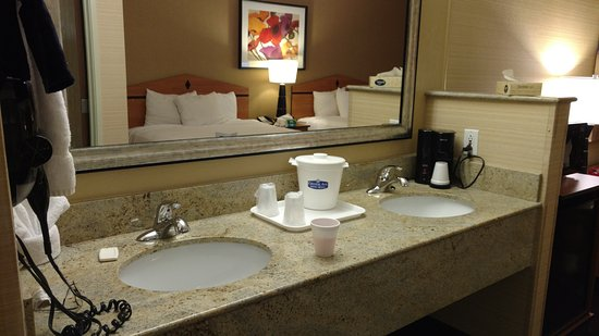 Crystal Inn Hotel & Suites Midvalley - Murray: Love the Double Sinks!