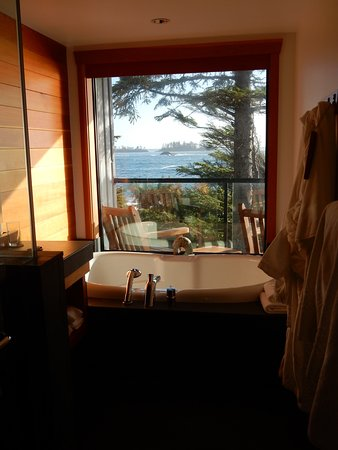 Wickaninnish Inn and The Pointe Restaurant: bathroom view